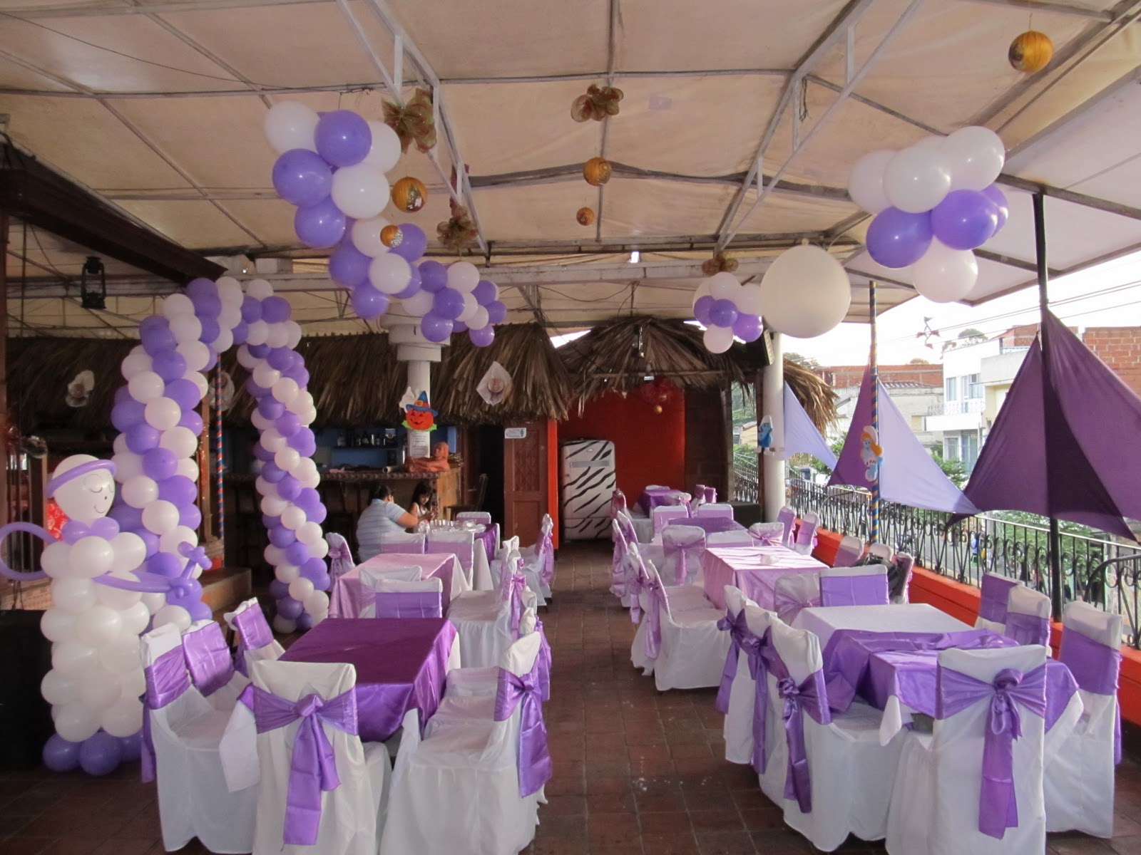 Ideas para decorar con globos for Arreglos de salon con globos